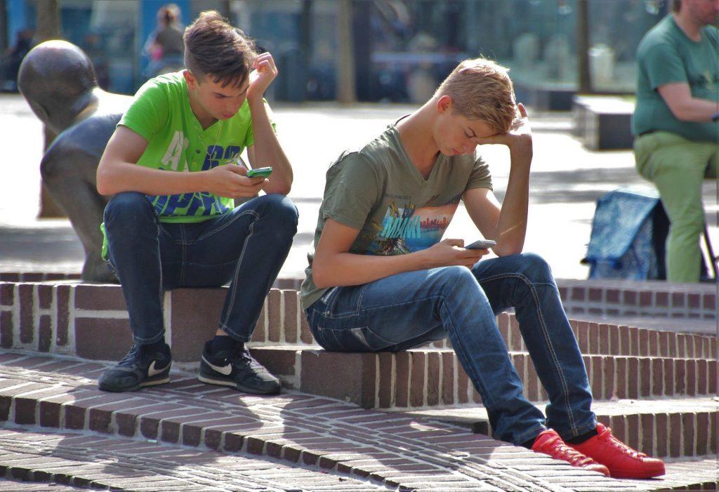 Una cuarta parte de los adolescentes gallegos precisa gafas o lentillas por abusar de móviles y tablets